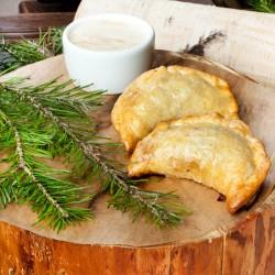 Пирожки с дикой уткой, с бруснично-сливочным соусом