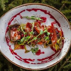 Грудка гуся под ягодным соусом с тёплым салатом
