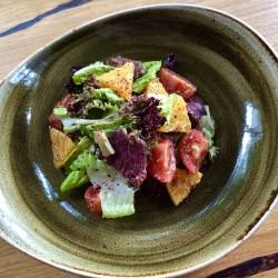 Салат с пастрами, томатами и медово-горчичной заправкой