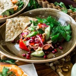 Салат по-грузински из свежих овощей с орехами и уцхо-сунели