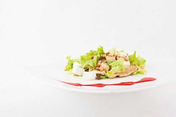 Теплый салат с курицей и медовой грушей
