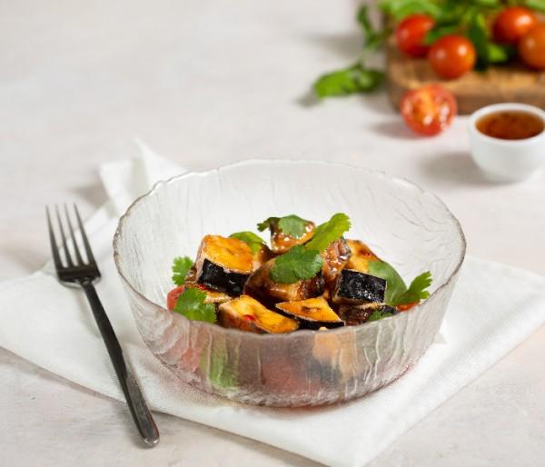 Салат с хрустящим баклажаном и соусом сладкий чили